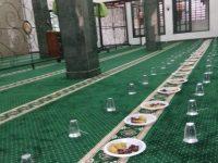 Mahasiswa Merasa Terbantu, Masjiddan Musholadi Ciputat Bagikan Takjil dan Makanan Untuk Buka Puasa Secara Gratis