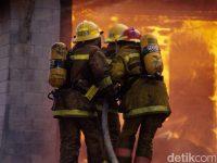 Kebakaran Rumah 15 Unit Pemadam Kebakaran Dikerahkan di Senen Jakarta Pusat